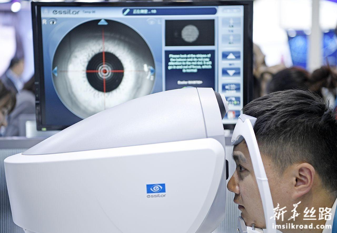 11月7日,在第二届进博会医疗器械及医药保健展区,参观者在体验眼科检测仪。新华社记者 王鹏 摄