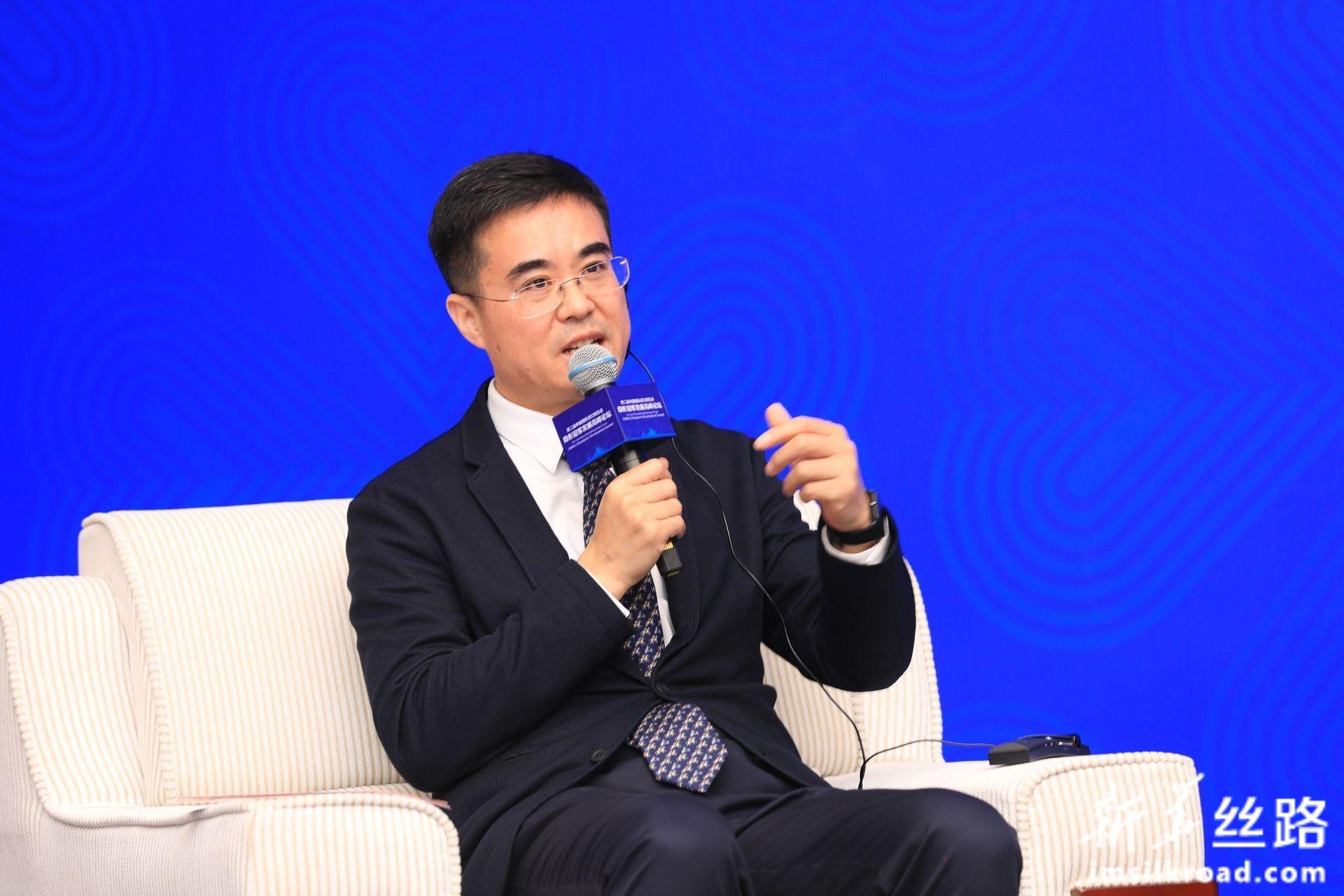 国家市场监管总局发展研究中心副主任姚雷先生主持高端对话