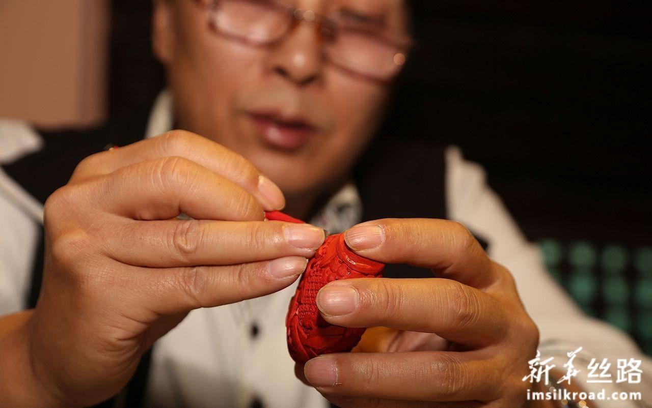 11月6日,在尼泊尔帕坦博物馆,一名中国艺术家进行技艺展示。新华社发(苏尼尔·夏尔马摄)