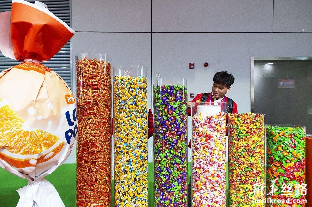 11月5日,参观者在第二届中国国际进口博览会食品及农产品展区如胜集团展台拿取糖果。新华社记者 刘昀 摄