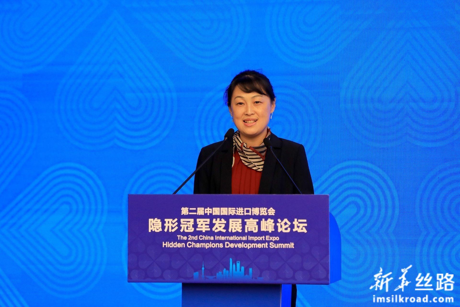 新华社中国经济信息社董事、副总裁 李月女士主持论坛