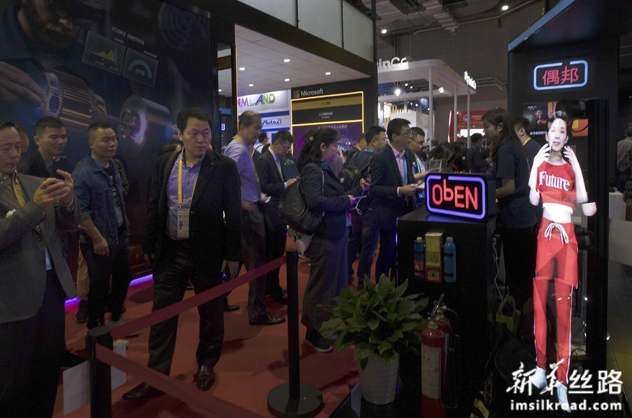 11月6日,在进博会科技生活展区,参观者被一款可以展示3D动态演示的产品吸引。新华社记者 金立旺 摄