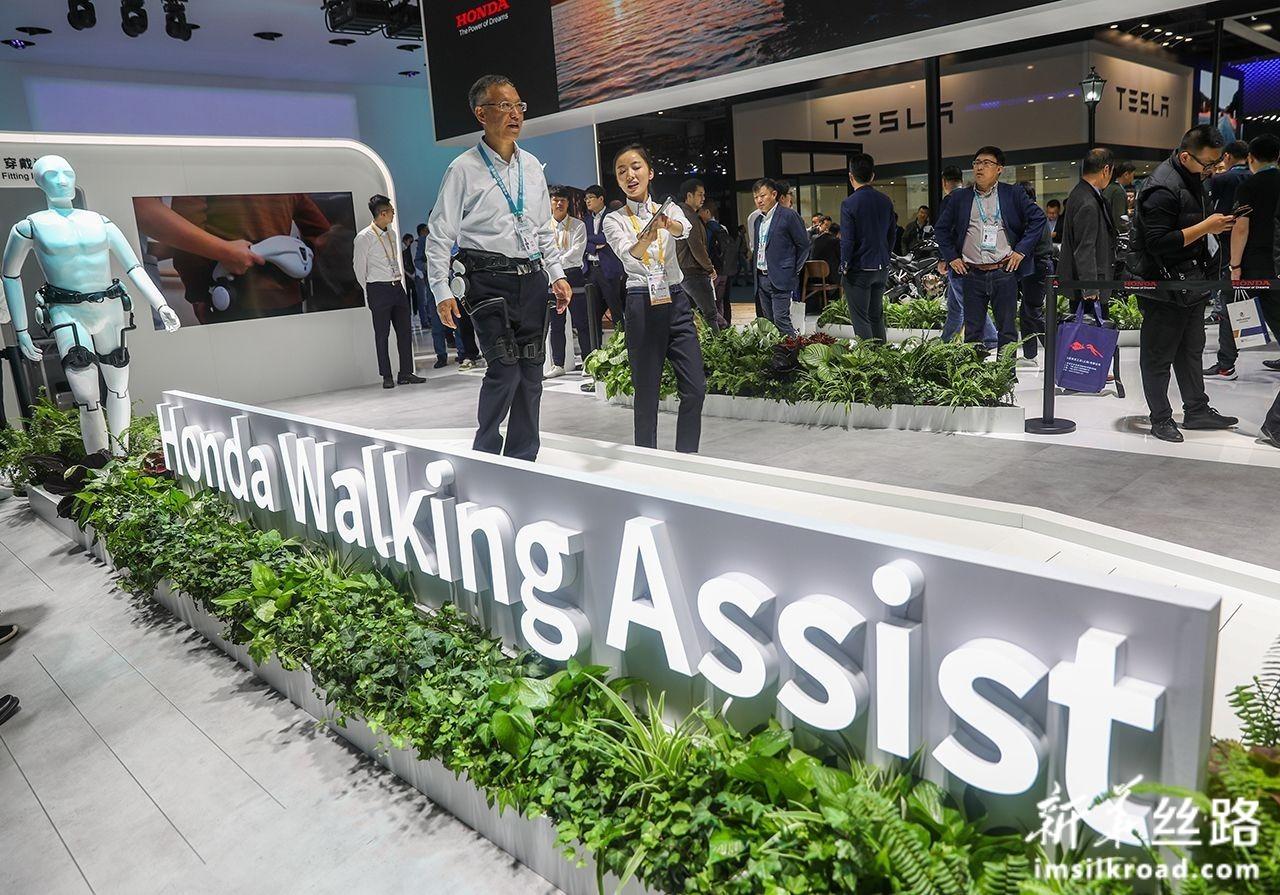 11月6日,参观者在汽车展区本田技研工业株式会社展台体验步行辅助设备。新华社记者 丁汀 摄