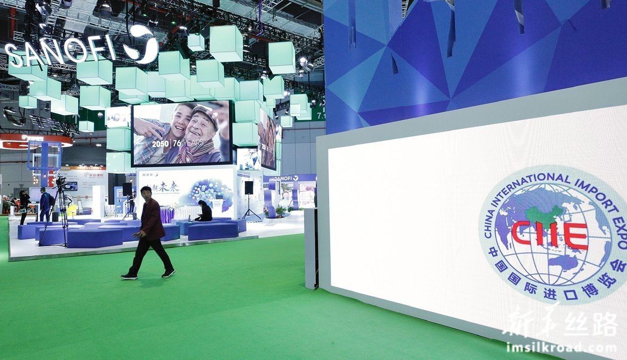 11月5日,参观者走过第二届中国国际进口博览会法国赛诺菲集团展台。新华社记者 张玉薇 摄
