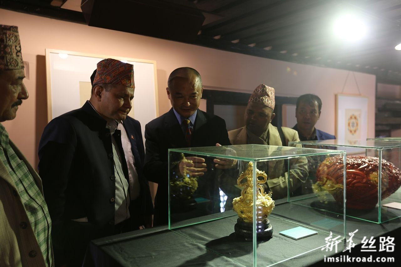 11月6日,在尼泊尔帕坦博物馆,人们欣赏中国非物质文化遗产展品,了解其特殊工艺。新华社记者 唐薇 摄