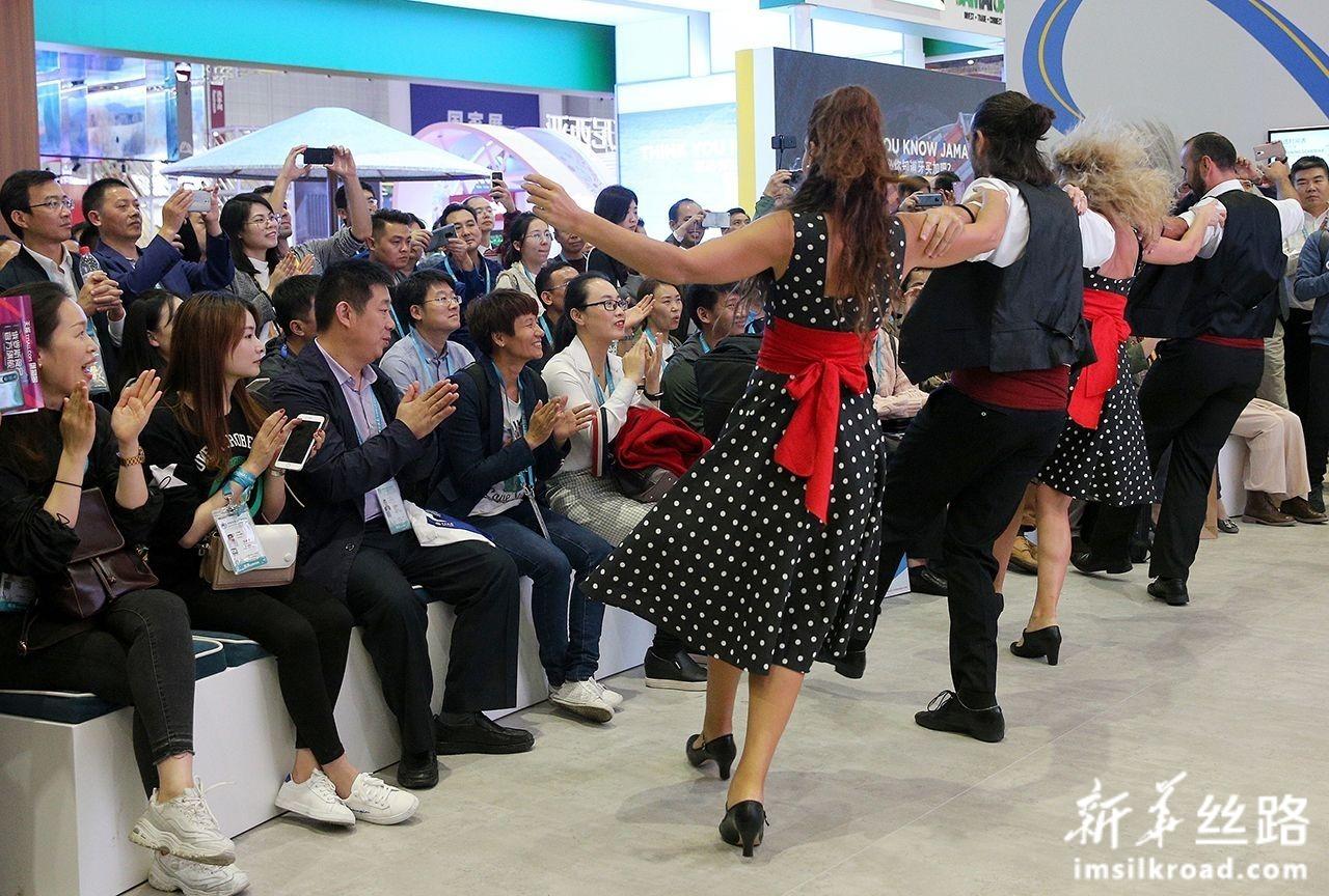 11月6日,观众在第二届进博会希腊国家馆欣赏希腊舞蹈。新华社记者 张传奇 摄
