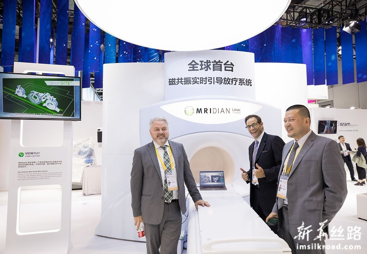 这是11月7日在第二届进博会医疗器械及医药保健展区拍摄的结合软组织MRI成像技术的放疗解决方案系统,可实时扫描、适时调整治疗计划、精准放疗。新华社记者 金立旺 摄