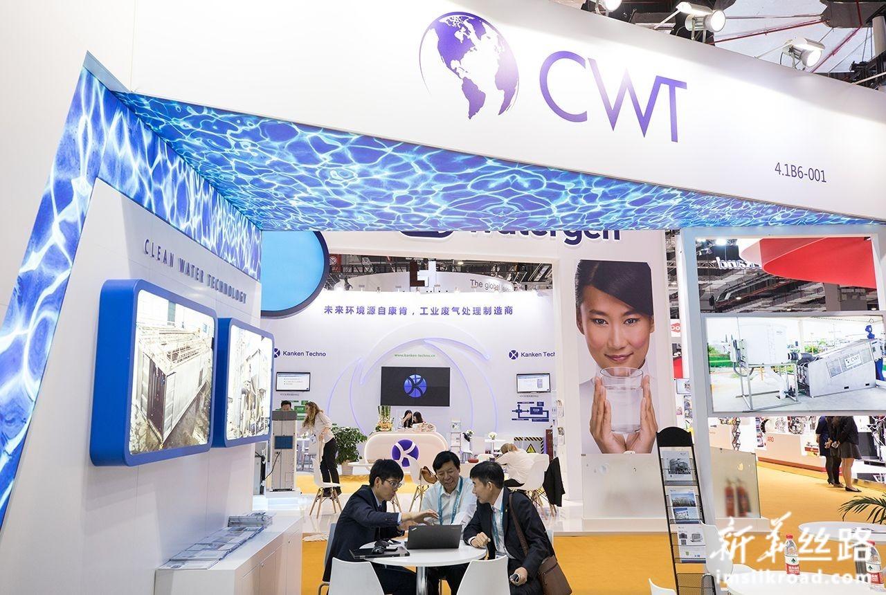 11月5日,参观者在装备展区一家净水技术公司展位了解展品情况。新华社记者 金立旺 摄