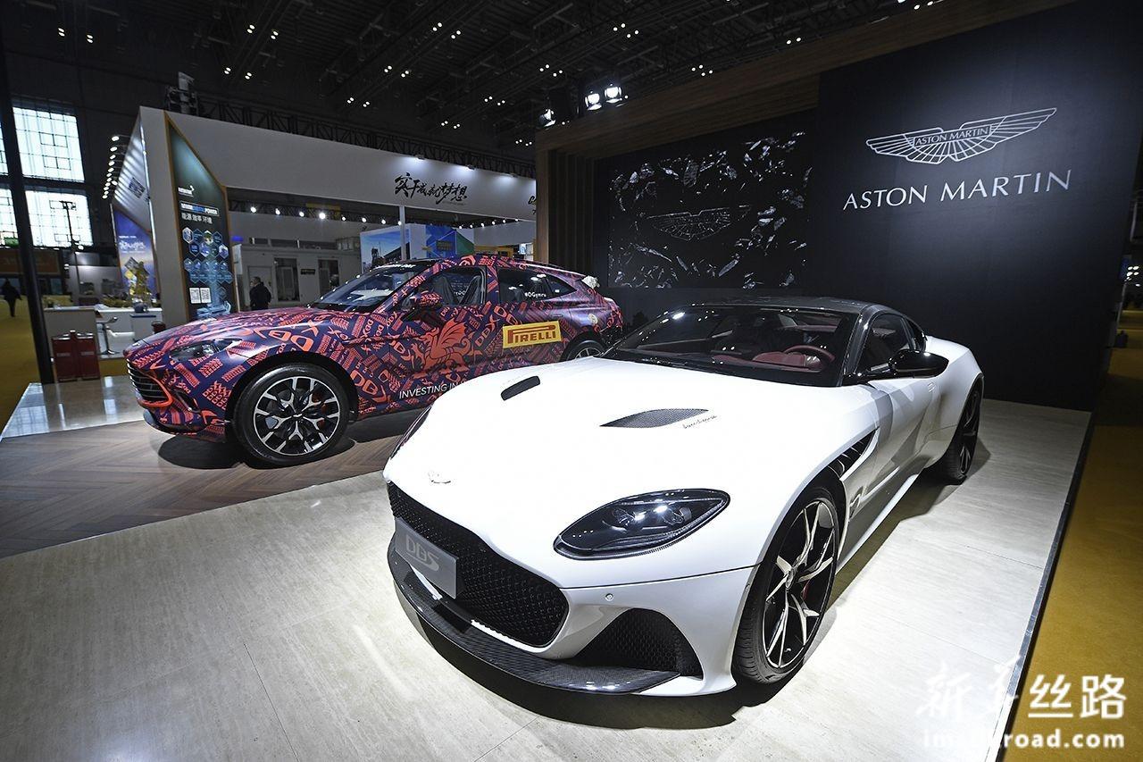 11月5日,英国知名汽车品牌阿斯顿·马丁跑车亮相第二届中国国际进口博览会装备展区。新华社记者 王鹏 摄