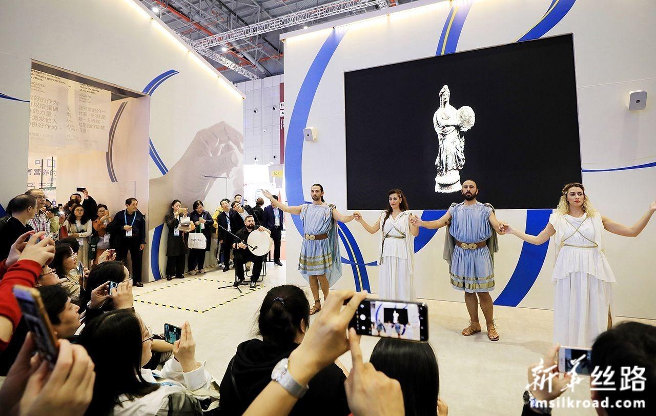 11月8日,工作人员在第二届进博会希腊国家馆内为参观者表演希腊传统舞蹈。新华社记者 方喆 摄