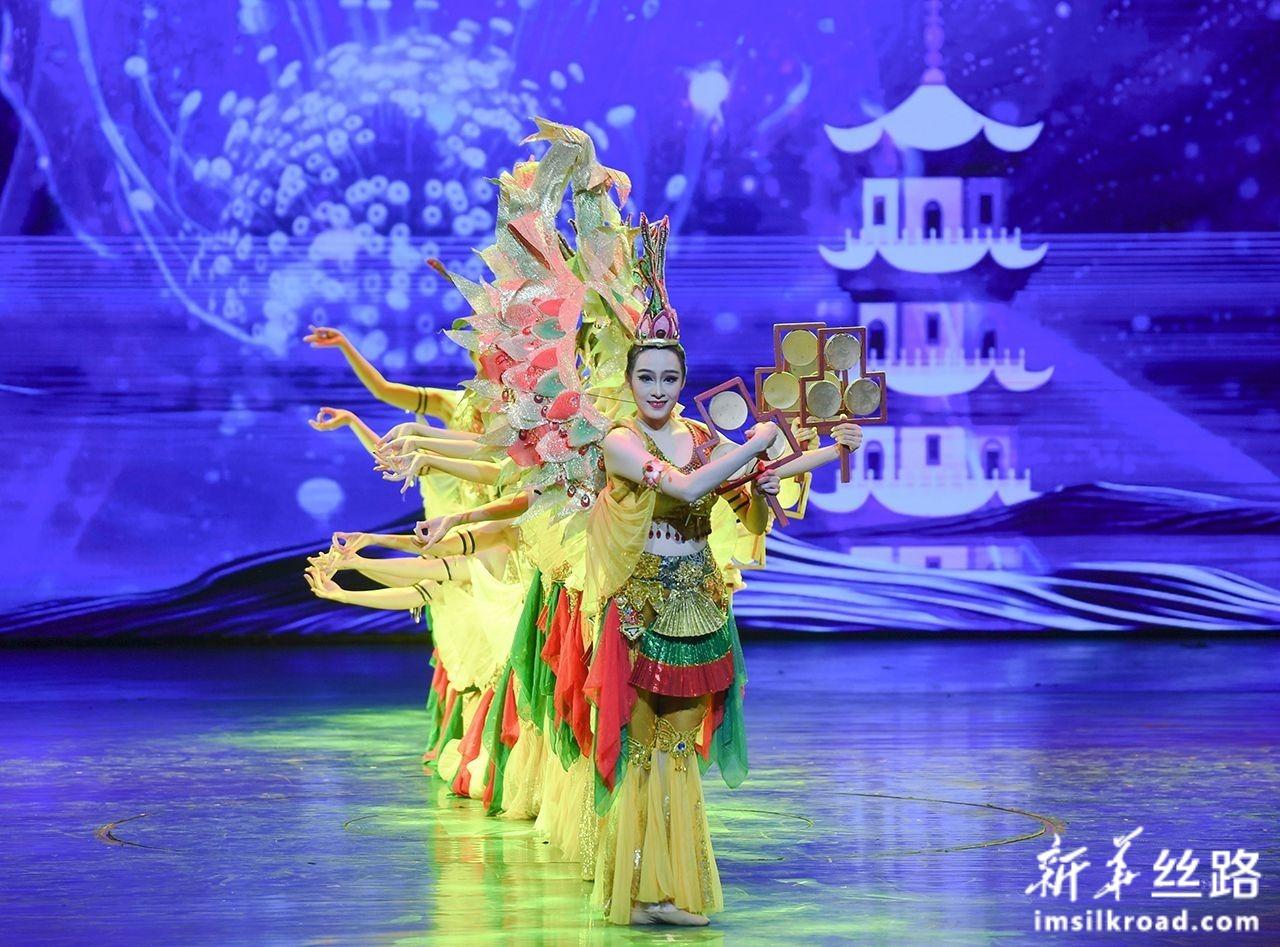 12月5日,福建泉州闽南民间歌舞传承中心的舞者在开幕式上表演群舞《海丝妙音》。新华社记者 宋为伟 摄
