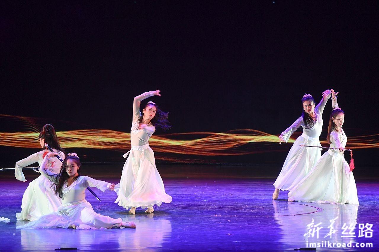 12月5日,新加坡舞者在开幕式上表演舞蹈《鞘中之剑》。新华社记者 宋为伟 摄