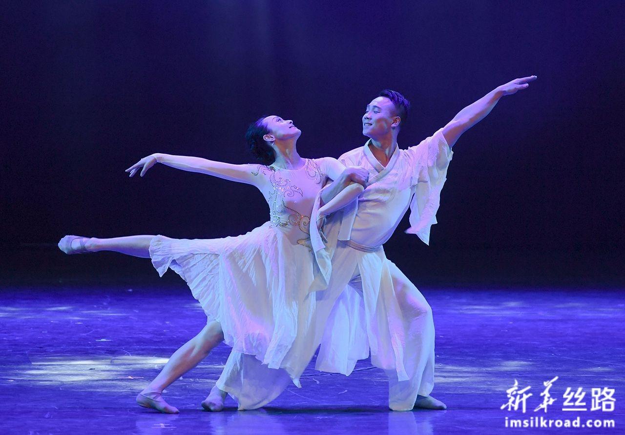 12月5日,香港首席艺术工作室的舞者在开幕式上表演双人舞《东方之珠》。新华社记者 宋为伟 摄