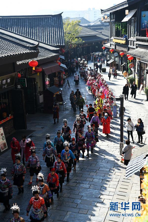 """12月7日,苗族群众在参加""""祭尤节""""盛装巡游。新华社记者 杨文斌 摄"""