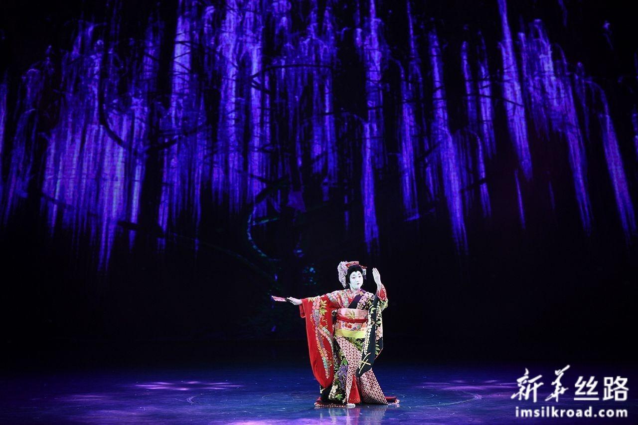 12月5日,日本舞者在开幕式上表演独舞《藤娘》。新华社记者 宋为伟 摄
