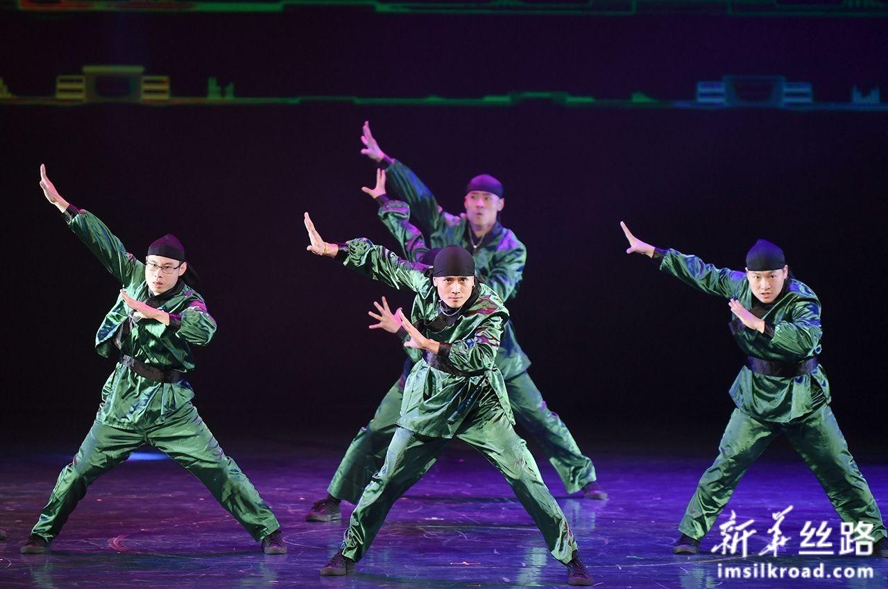 12月5日,福建省舞蹈家协会街舞艺术团的舞者在开幕式上表演街舞。新华社记者 宋为伟 摄