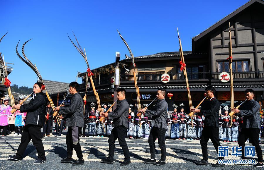 """12月7日,苗族群众在丹寨县""""祭尤节""""活动上吹奏芦笙。新华社记者 杨文斌 摄"""