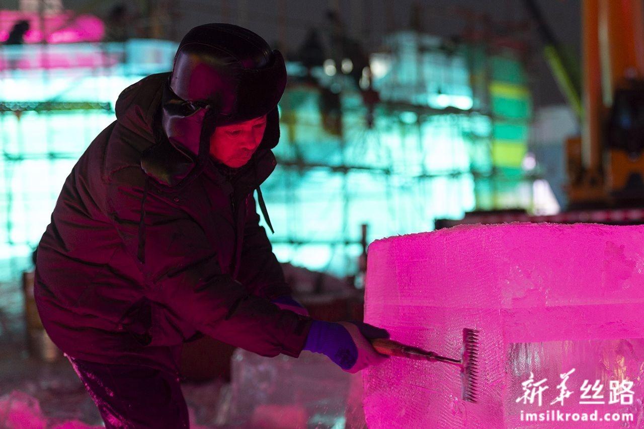 12月15日,工人在第二十一届哈尔滨冰雪大世界园区施工。