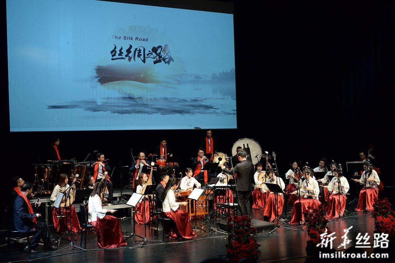 1月8日,在克罗地亚奥帕蒂亚,甘肃省歌舞剧院的艺术家在台上演出。新华社记者 高磊 摄