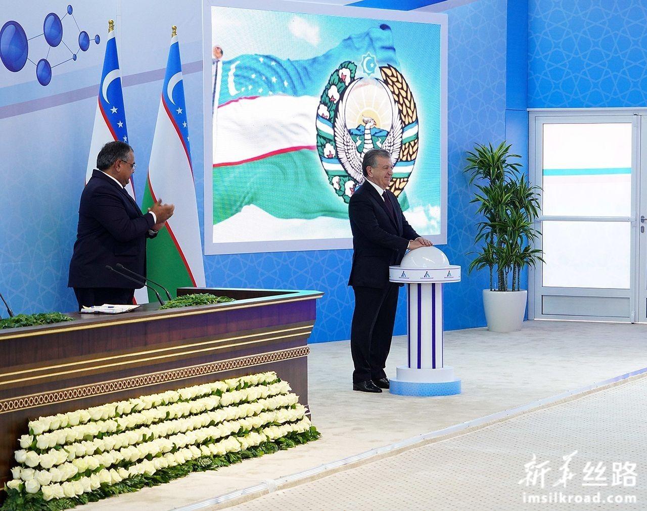 12月28日,在乌兹别克斯坦纳沃伊,乌总统米尔济约耶夫(右)在项目投产仪式上按下启动按钮。新华社发(扎法尔摄)