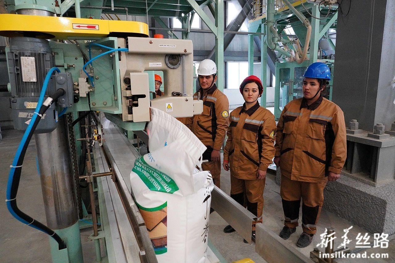 这是12月28日在乌兹别克斯坦纳沃伊拍摄的聚氯乙烯生产项目的生产线。新华社发(扎法尔摄)