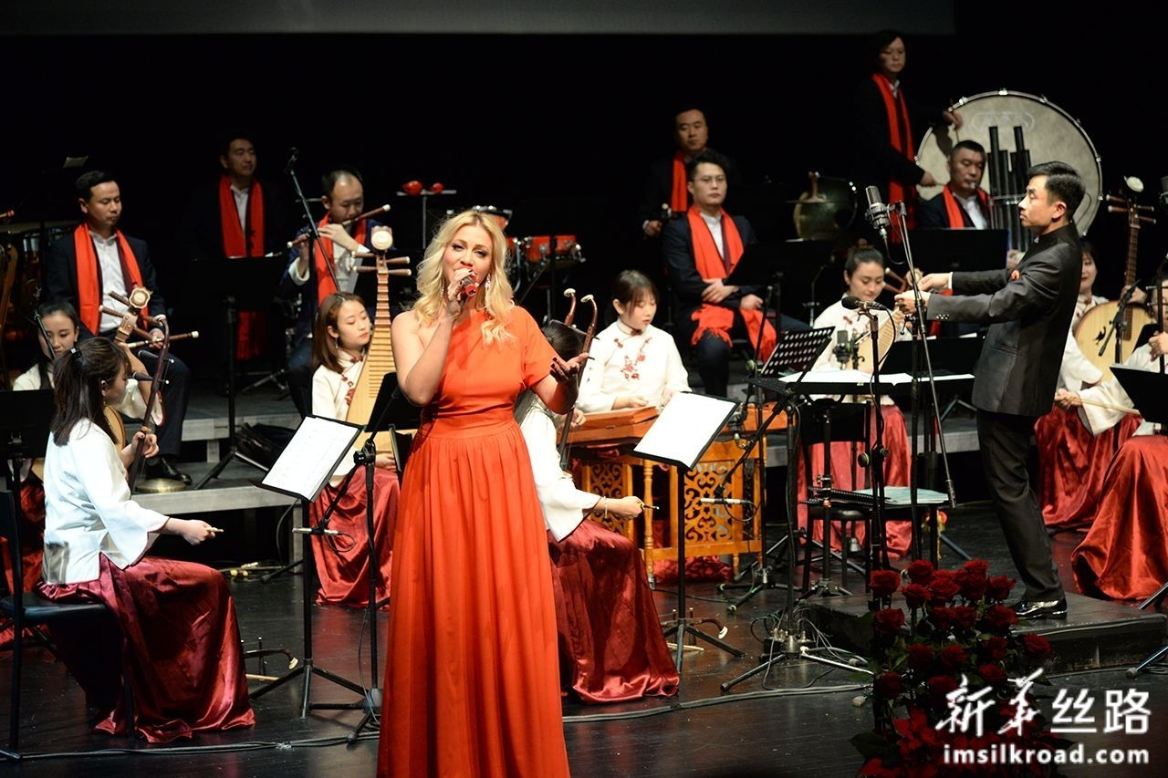 1月8日,在克罗地亚奥帕蒂亚,甘肃省歌舞剧院的艺术家与克罗地亚歌手同台联袂演出。新华社记者 高磊 摄