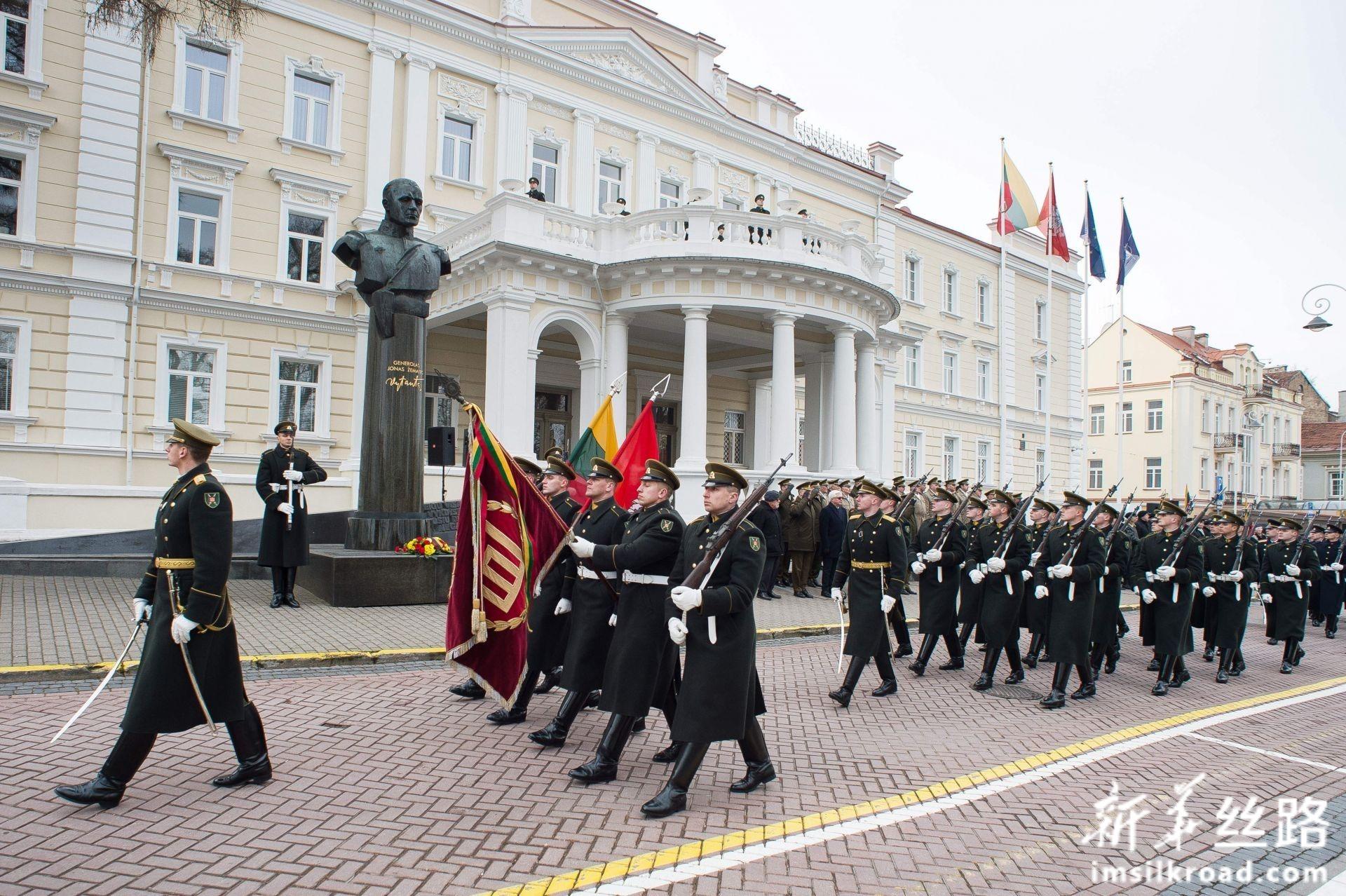 2月16日,在立陶宛首都维尔纽斯,仪仗队参加独立日庆祝活动。新华社发(阿尔弗雷达斯·普里亚迪斯摄)