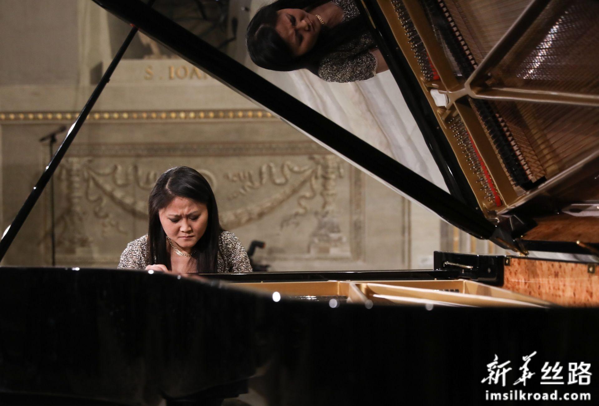 2月13日,在意大利罗马总统府奎里纳莱宫,旅意华人钢琴家居觐在音乐会现场演奏。新华社记者 程婷婷 摄