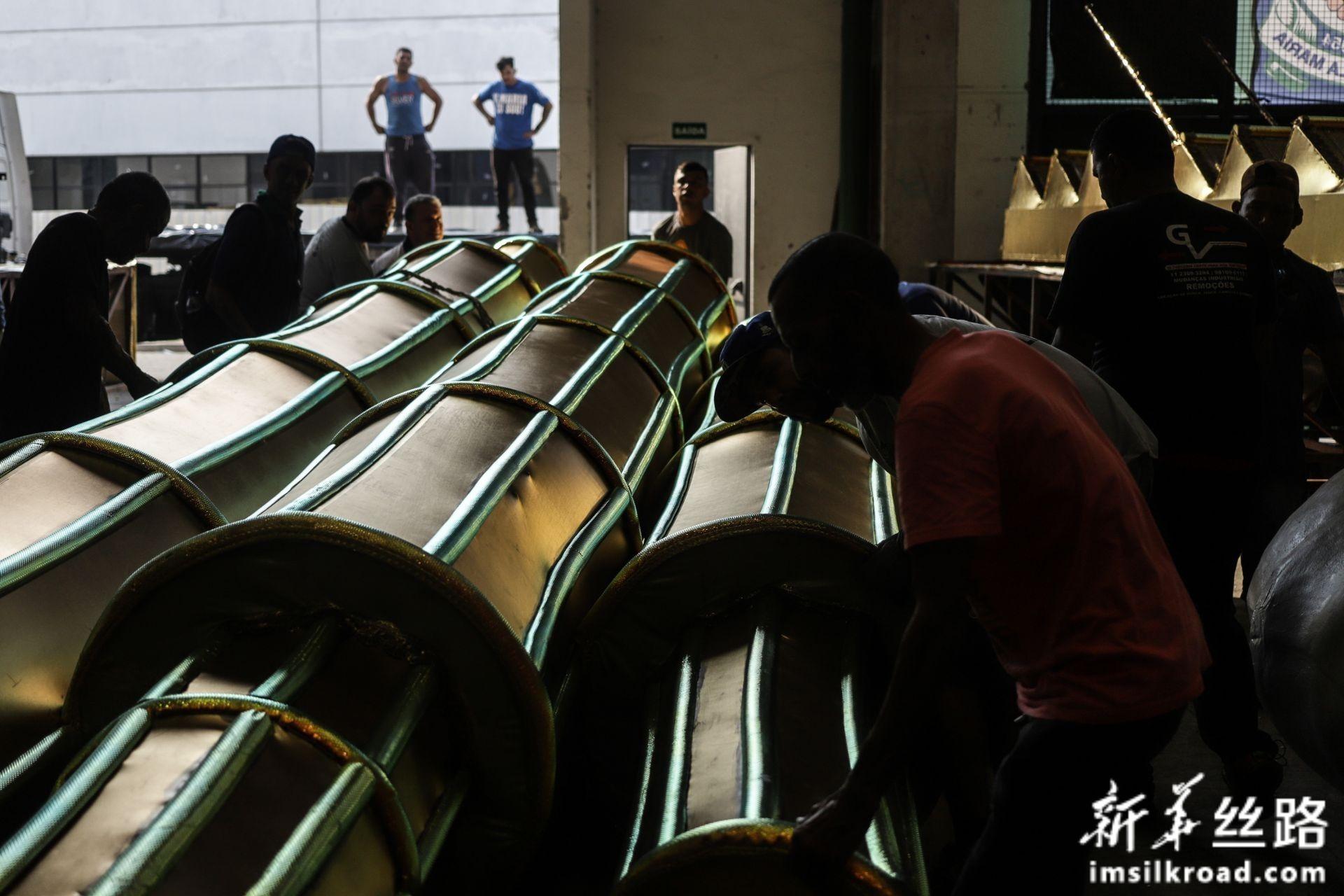 """2月14日,巴西圣保罗著名桑巴舞校""""玛丽亚镇联合""""的工作人员在工坊里制作彩车。新华社发(拉赫尔·帕特拉索摄)"""