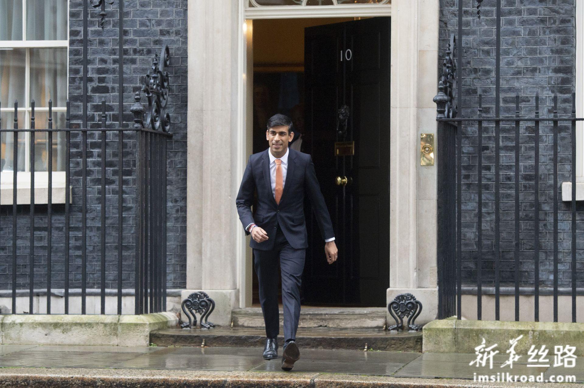 2月13日,在英国伦敦,新任命的英国财政大臣里希·苏纳克离开首相府。新华社发(雷伊·唐摄)
