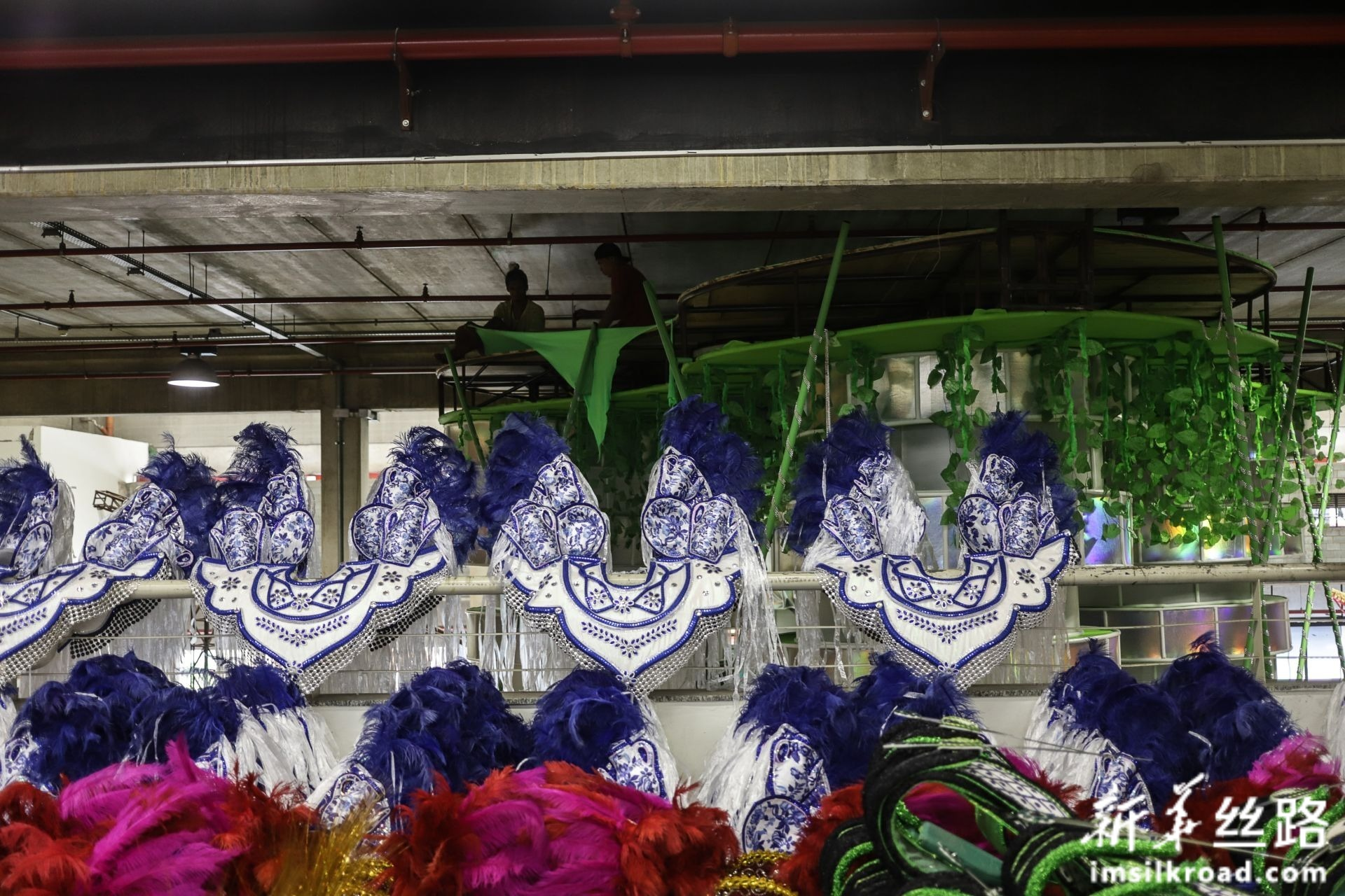 """这是2月14日在巴西圣保罗著名桑巴舞校""""玛丽亚镇联合""""的工坊里拍摄的演出服和道具。新华社发(拉赫尔·帕特拉索摄)"""
