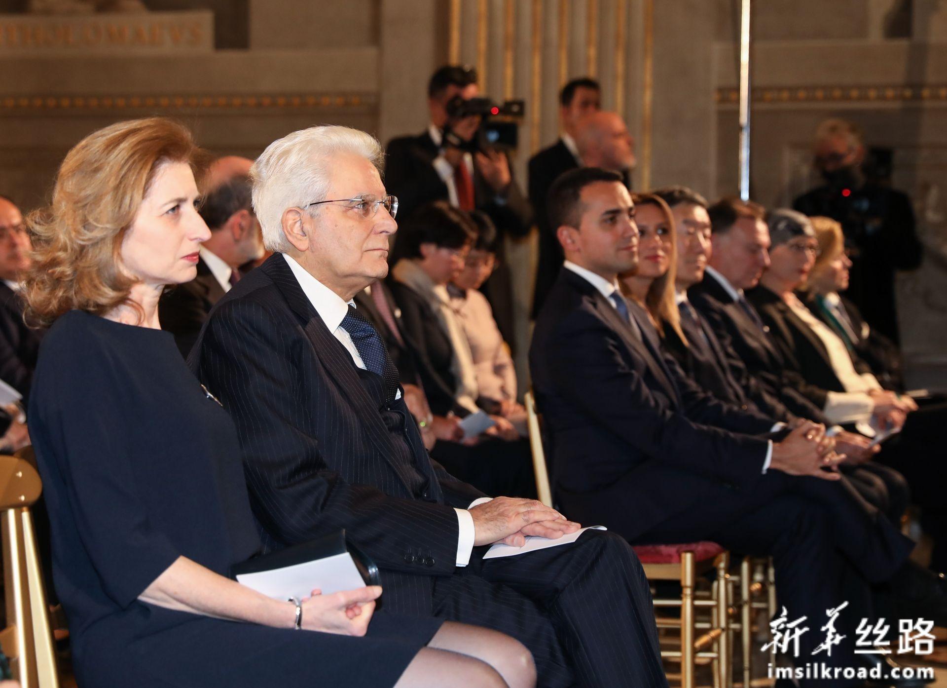 2月13日,在意大利罗马总统府奎里纳莱宫,意大利总统马塔雷拉(左二)欣赏音乐会。新华社记者 程婷婷 摄