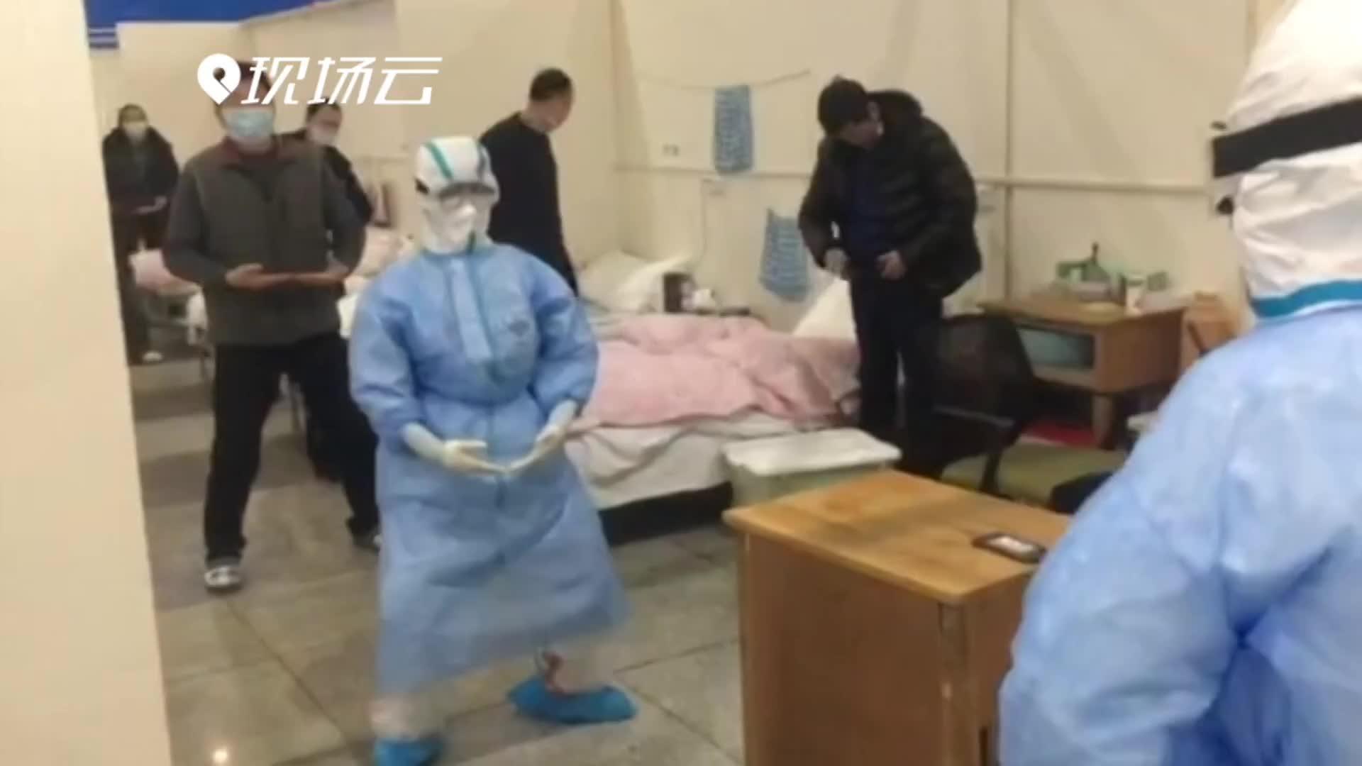 双手托天理三焦 他们在方舱医院练起八段锦