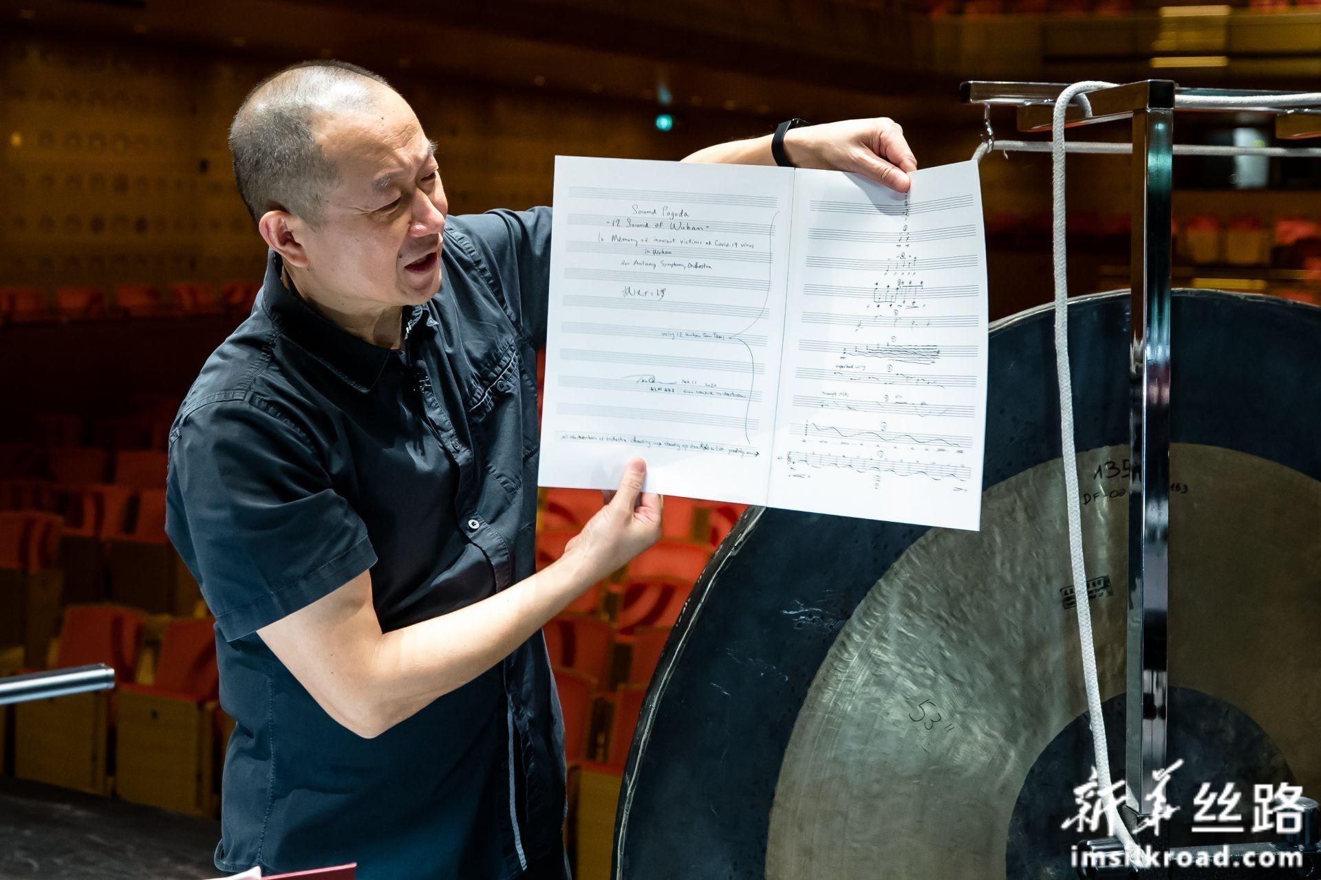 2月14日,在比利时安特卫普,谭盾在排练现场讲述《声音宝塔——武汉十二锣》的创作过程。新华社记者 张铖 摄