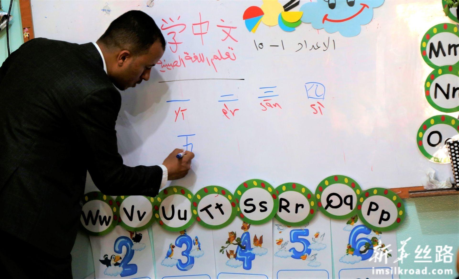 2月10日,在也门首都萨那,汉语老师穆罕默德·安西教学生汉语。新华社发(穆罕默德摄)