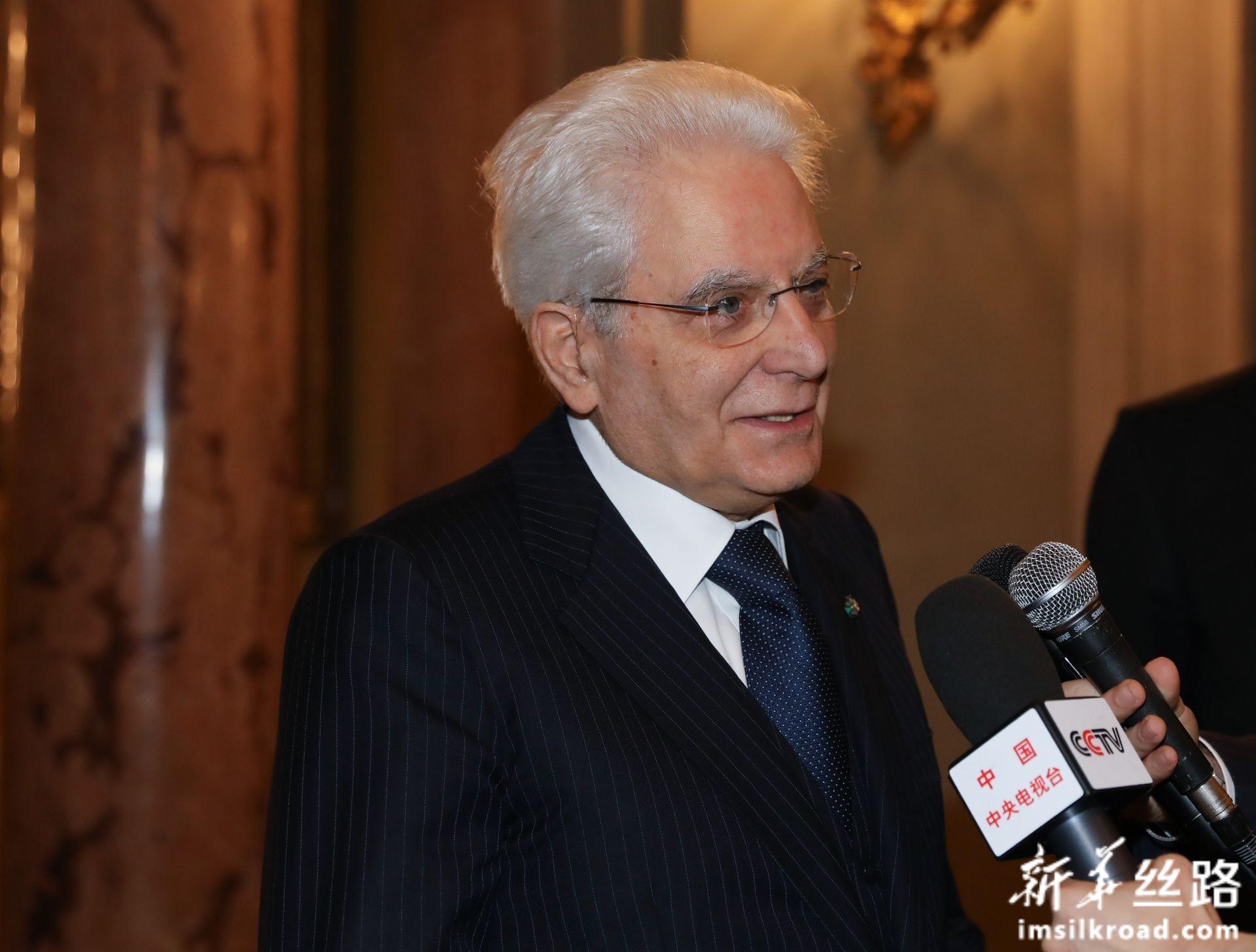 2月13日,在意大利罗马总统府奎里纳莱宫,意大利总统马塔雷拉于音乐会开始前接受记者采访。新华社记者 程婷婷 摄