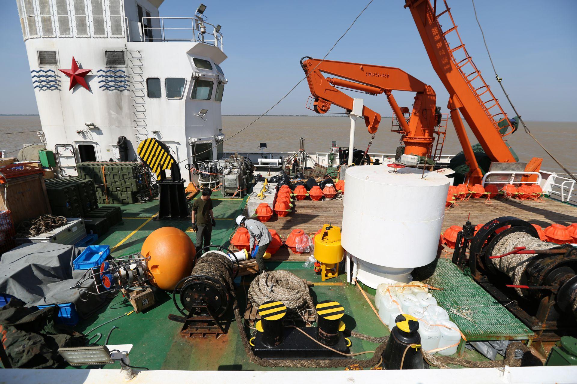 """2月13日,在缅甸仰光迪拉瓦港,中国自然资源部""""向阳红06""""号科考船工作人员在船上工作。新华社发(吴昂摄)"""