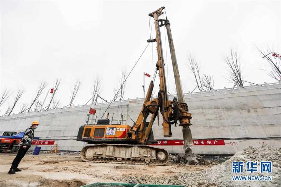 2月23日,中铁四局工作人员在贵阳轨道交通3号线项目现场施工。近日,在做好疫情防控的前提下,贵州省重大工程项目陆续复工。目前,贵州省重大工程项目已复工1276个,复工率为65%,新开工项目244个。新华社记者 欧东衢 摄