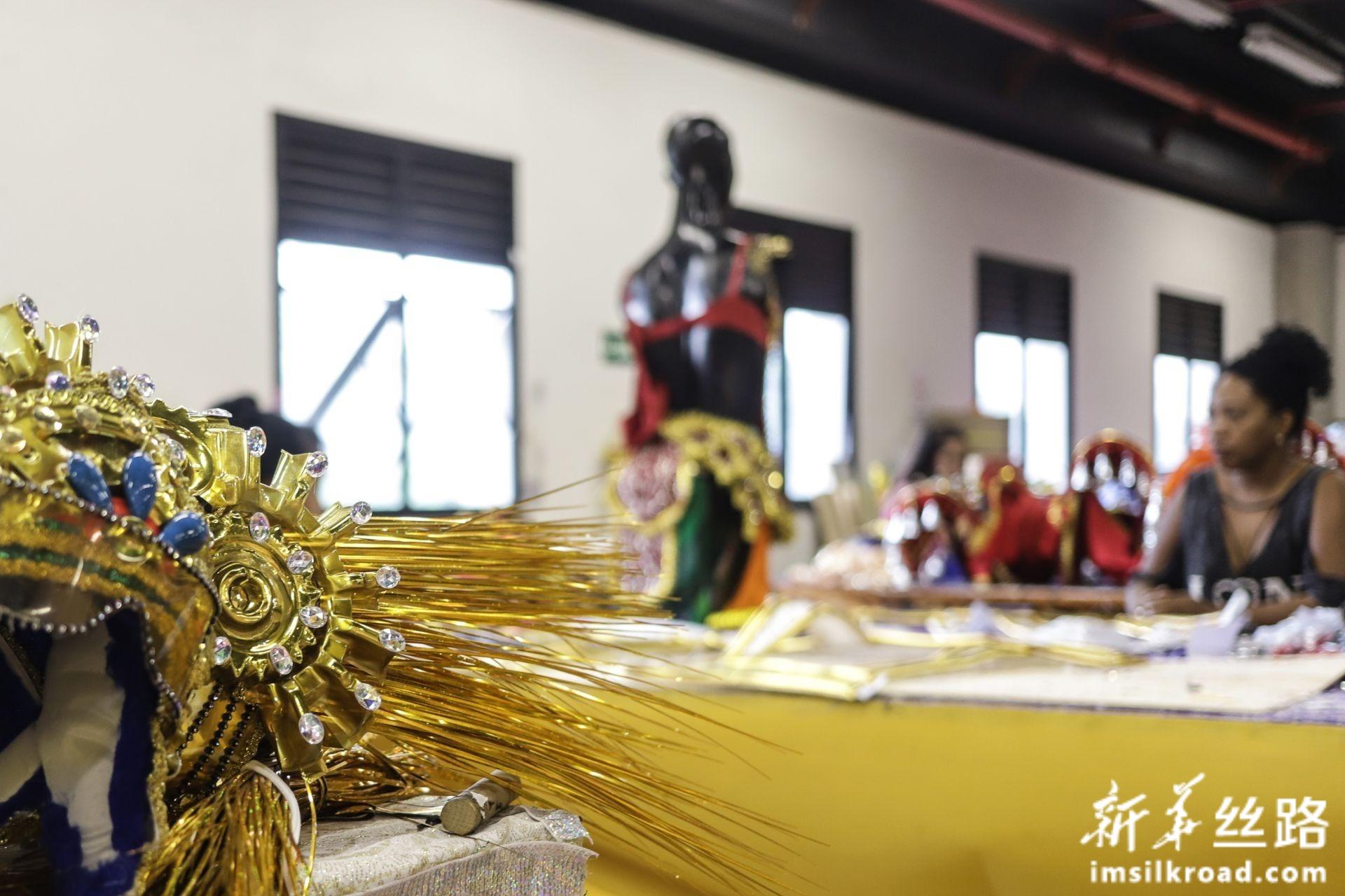 """2月14日,巴西圣保罗著名桑巴舞校""""玛丽亚镇联合""""的工作人员在工坊里制作演出服。新华社发(拉赫尔·帕特拉索摄)"""