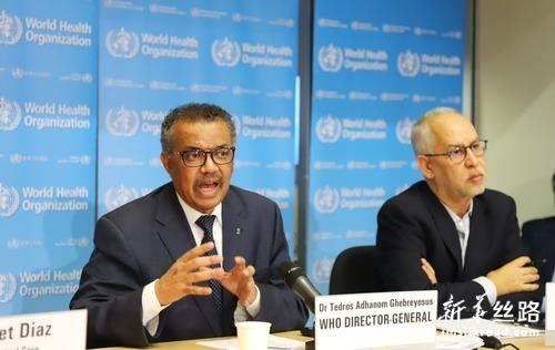 2月20日,在瑞士日内瓦,世界卫生组织总干事谭德塞(左)出席例行记者会。新华社记者 陈俊侠 摄
