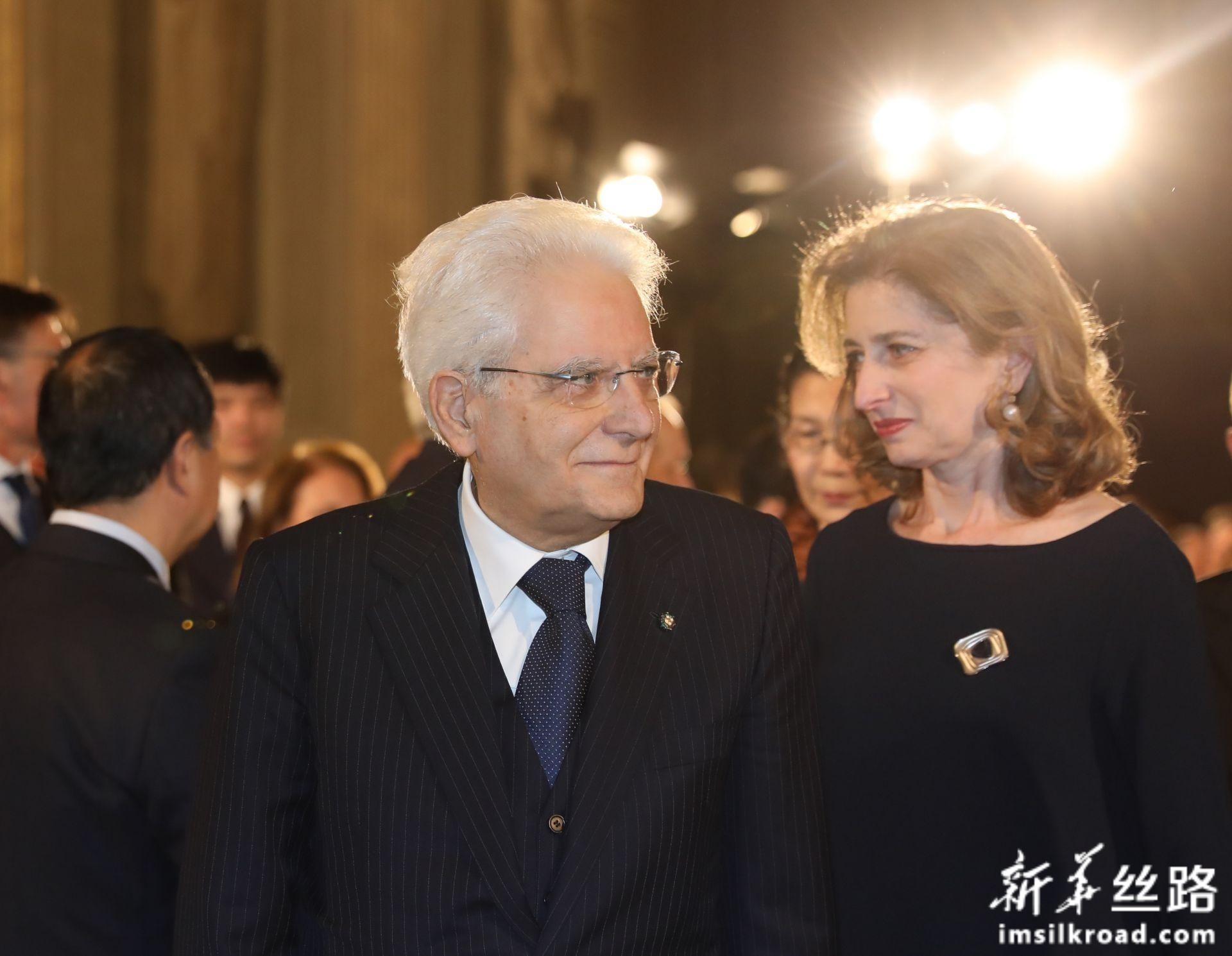 2月13日,在意大利罗马总统府奎里纳莱宫,意大利总统马塔雷拉(左)于音乐会开始前步入会场。新华社记者 程婷婷 摄
