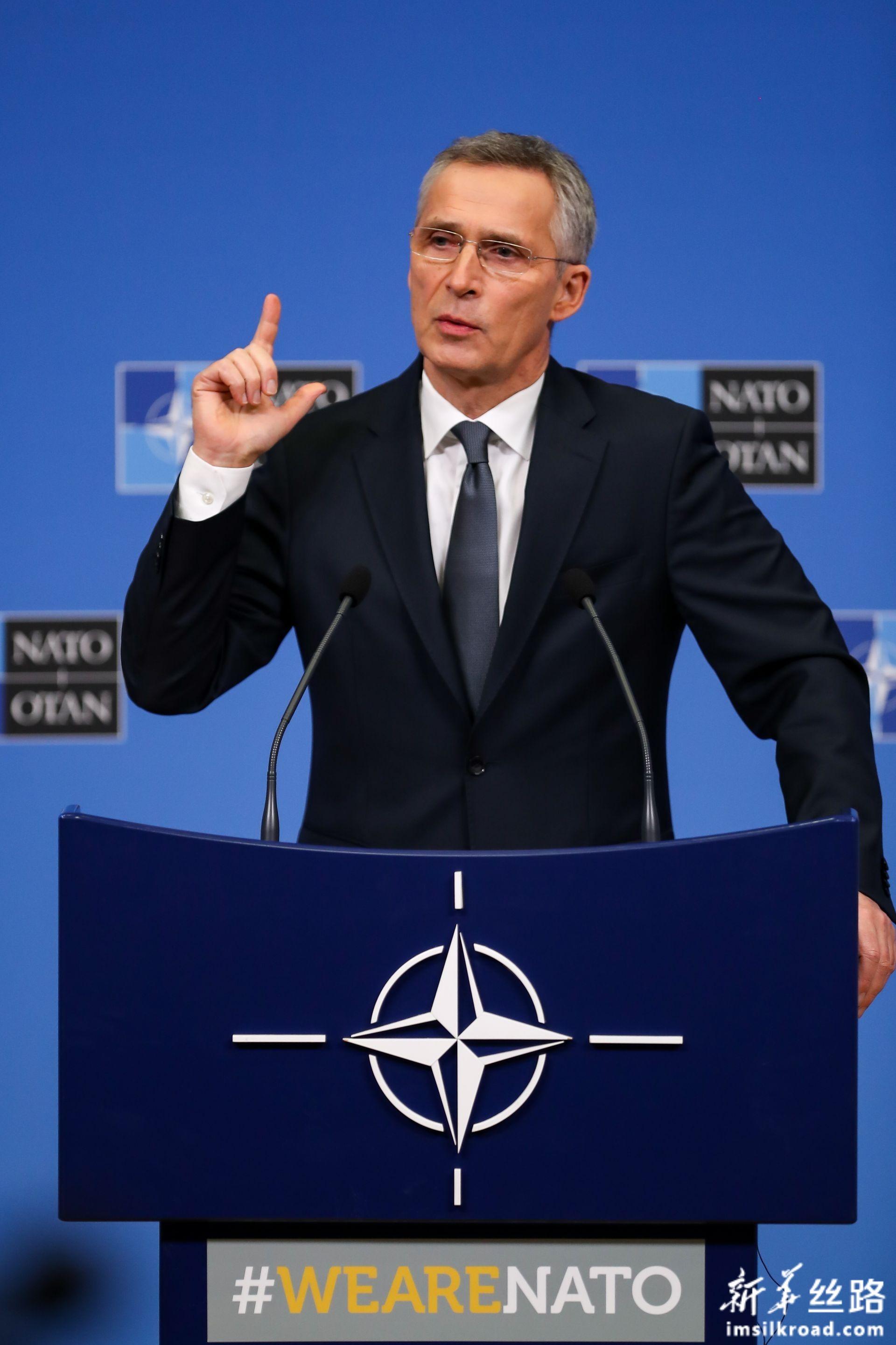2月13日,在位于比利时布鲁塞尔的北约总部,北约秘书长斯托尔滕贝格在北约国防部长会议后出席记者会。新华社记者 张铖 摄