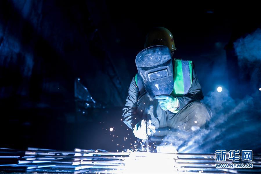 2月23日,中铁四局工作人员在贵阳轨道交通3号线项目现场施工。新华社记者 欧东衢 摄