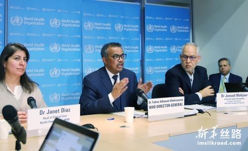 2月20日,在瑞士日内瓦,世界卫生组织总干事谭德塞(左二)出席例行记者会。新华社记者 陈俊侠 摄