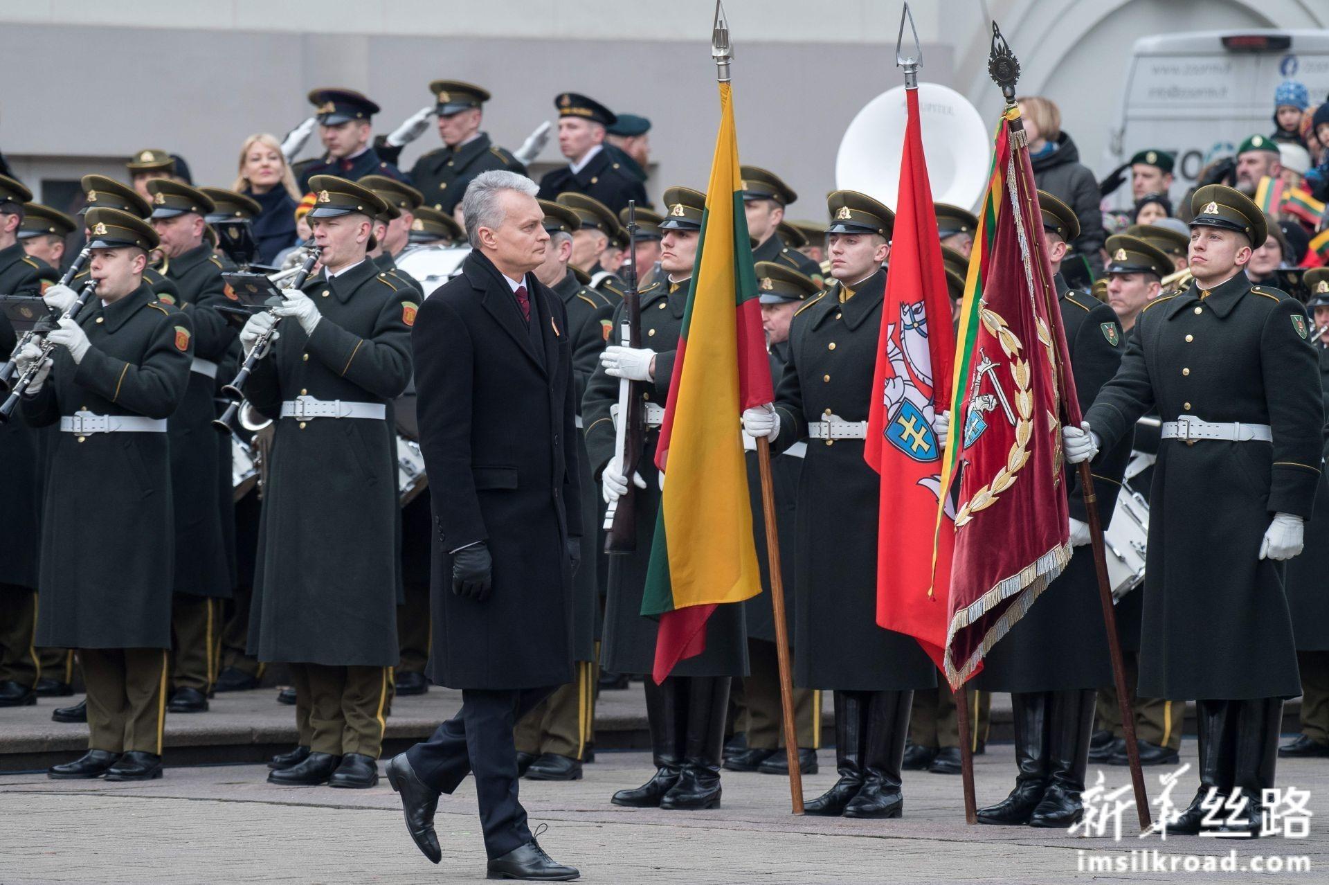 2月16日,立陶宛总统瑙塞达(前)在首都维尔纽斯举行的庆祝独立日活动中检阅仪仗队。新华社发(阿尔弗雷达斯·普里亚迪斯摄)