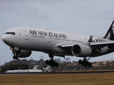 纽航300名飞行员被裁,900人降薪30%,可休10年无薪假