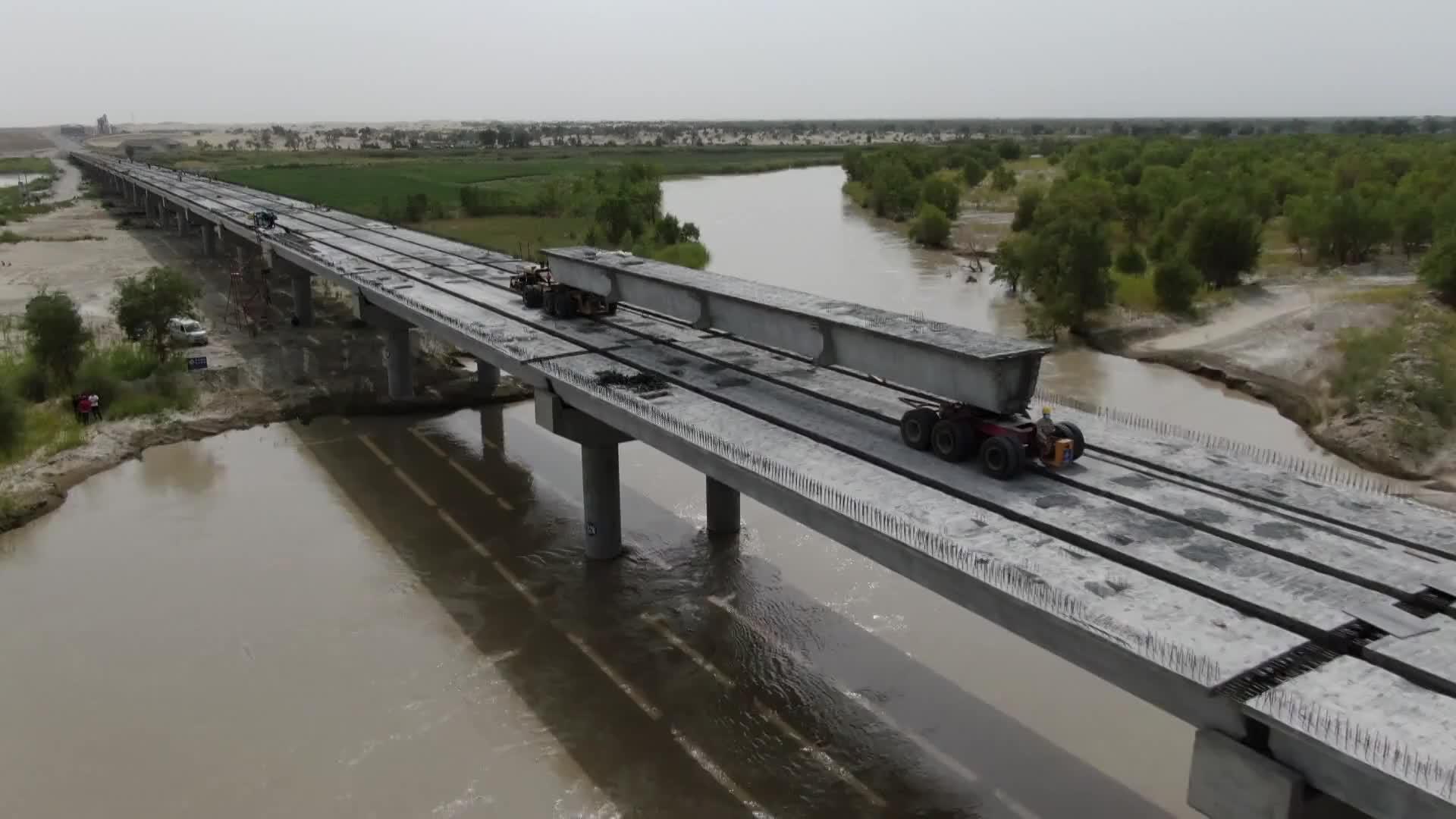 第三条横穿塔克拉玛干沙漠公路成功跨越塔里木河