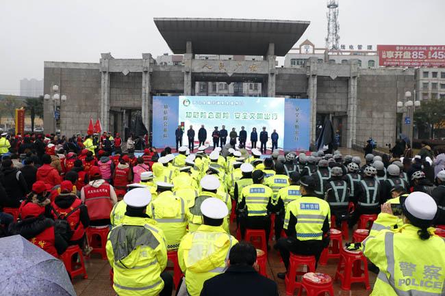 """滁州市多部门联合开展122 """"全国交通安全日""""主题宣传活动"""