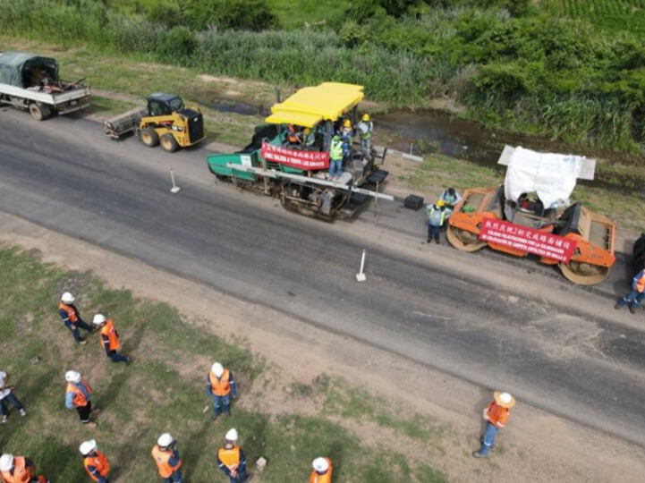 中方承建玻利维亚圣特公路2标段完成路面铺设