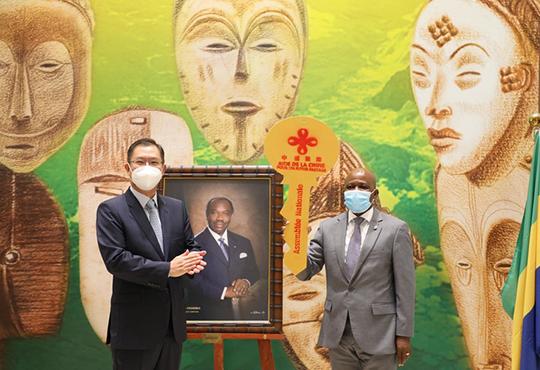 中国援建加蓬国民议会大厦维修和礼堂重建项目交付启用